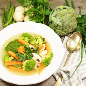 Gemüsesuppe mit frischem Gemüse