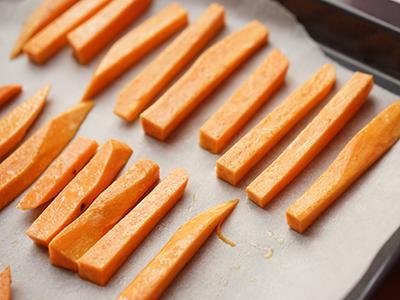 Süßkartoffelpommes geschnitten
