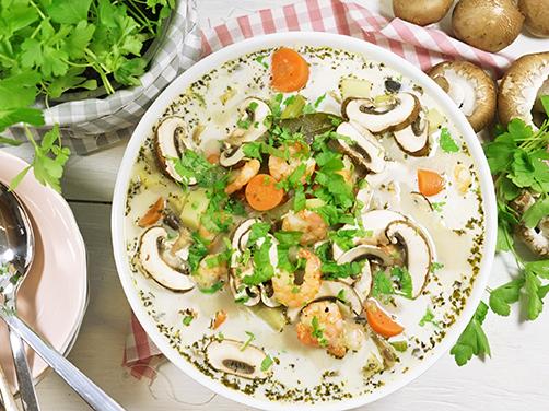 cremige champignon suppe mit shrimps und wurzelgemüse