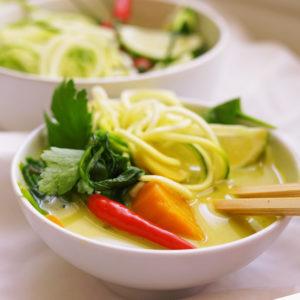 Thai-Suppe mit gelbem Curry und Zucchini-Nudeln  - Koch-Rezepte Elke Eisner Steinzeitköchin Paleo