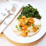 Blumenkohlpüree mit Blattspinat und Shrimps, Garnelen,, Karfiolpüreee, low carb, wenig Kohlenhydrate, schlankes Gericht, laktosefrei, ohne Milchprodukte, getreidefrei, gesundes Rezept in der Fastenzeit, gesundes Mittagessen mit wenig Kalorien ideal zum Abnehmen und schnell zubereitet.