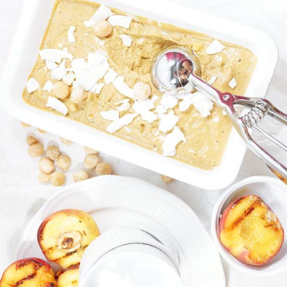 Karamell-Eis mit Macadamia-Nüssen und gegrilltem Pfirsich - Koch-Rezepte Elke Eisner Steinzeitköchin Paleo