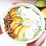 grüne-smoothie-bowl, schnelles gesundes Frühstück, smoothie bowl, wenige zutaten, kalorienarm, gesund, schlank und schmackhaft, zuckerfrei ideal für die gesunde Ernährung in 5 Minuten zubereitet, nur wenige Zutaten, vegan