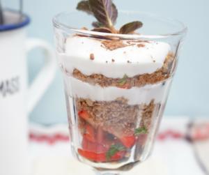 Geschichtetes Nusscrumble mit Kokossahne und Erdbeeren  - Koch-Rezepte Elke Eisner Steinzeitköchin Paleo