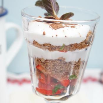 Geschichtetes Nusscrumble mit Kokossahne und Erdbeeren